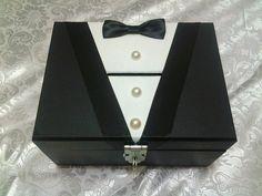 Caixa pequena de mdf personalizada como Smoking Hora da gravata/ Corte da gravata. Decorada com fita cetim, botões de pérolas e gravata borboleta de cetim. Faço em outros tamanhos! TENHO A CAIXA DA NOIVA TAMBÉM!   A caixa no modelo de cofre, com dobradiça e fechadura para cadeado.  Usada para colocar dinheiro do corte da gravata. O prazo para confecção pode variar para mais ou para menos dependendo dos pedidos já existentes. CONSULTE DISPONIBILIDADE. R$ 45,90