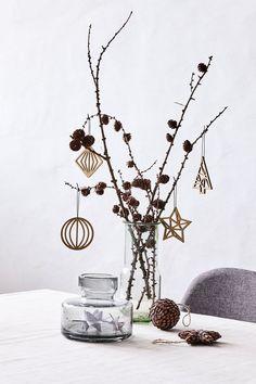 Une déco de Noël facile avec un vase et quelques branches de pommes de pin