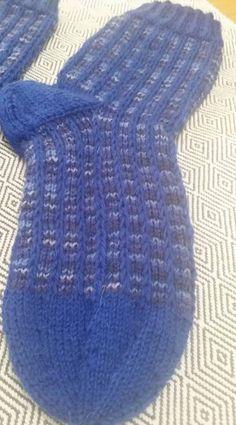 Me Naiset – Blogit | Sukkasillaan – Siniset sukat Knitting Socks, Knit Socks, Mittens, Fashion, Tutorials, Fingerless Mitts, Moda, Fashion Styles, Fingerless Mittens