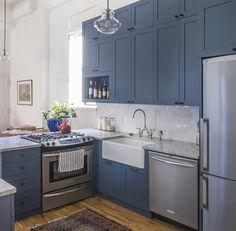 Cocina azul y blanca