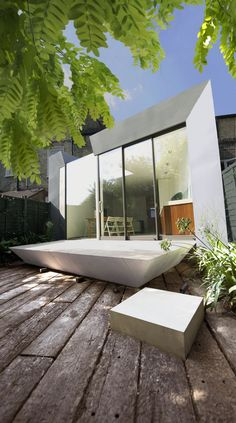 This stylish modern extension of Edwardian terrace house in London is done by Paul McAneary Architects. Garden Deco, Design Exterior, Interior And Exterior, Interior Modern, Contemporary Architecture, Interior Architecture, London Townhouse, Outdoor Bathrooms, Rustic Outdoor