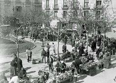 Zaragoza. Plaza de San Pedro Nolasco , años 20. Sayas , delantales , pañuelos , gente humilde. Mercadillo