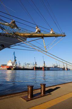 Segelschulschiff MIR mit Dock 10 und 17 beim Hafengeburstag 2016 | Bildschönes… Good Meaning, Hamburg Germany, Train Travel, Germany Travel, Great Places, Travel Photography, World, Lighthouses, Oceans