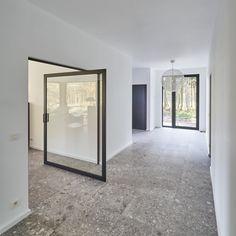 Modern glass pivoting door with offset axis hinges Pivot Doors, Sliding Doors, Underfloor Heating Systems, Interior Styling, Interior Design, Aluminium Doors, Types Of Flooring, Door Hinges, Modern Glass
