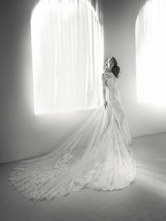 ROMEO: Wedding dress that combines lace and tulle with lovely floral motifs, an open back and a bateau neckline with a subtle tattoo effect. Pronovias 2018 Collection