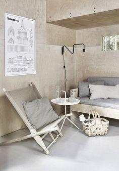 Luonnonvaalean ja modernin kesähuoneen pinnat ovat vaneria. Pinnat on käsitelty Supi Saunasuojalla, joka on kosteiden sisätilojen pintakäsittelyaine.