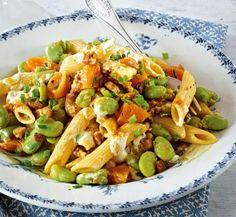 Saubohnen-Nudelsalat mit Curry-Speck-Marinade Rezept: Nudeln,Salz,Softaprikosen,Zwiebel,Speck,Öl,Curry,Weißweinessig,Gemüsebrühe,Bohnen,Schnittlauch,Pfeffer,fraîche