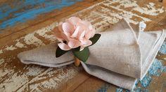 Porta guardanapo com flor em tecido, tamanho 7,5cm de diâmetro. <br>Cor a escolha do cliente. <br>Acabamento em argola de madeira. <br>Pedido mínimo 50 unidades. <br>Consulte-nos para prazos e quantidade menores.