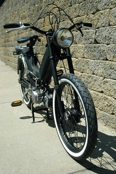 Moped Motor, Vintage Moped, Badge Creator, Cool Photos, Interesting Photos, Cars And Motorcycles, Black Backgrounds, Motorbikes, Vehicles