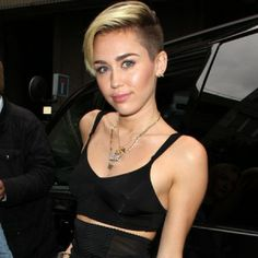 Tweet TweetMiley Cyrus (21) wurden am Freitag Sachen im Wert von 75.000 Euro gestohlen. Einbrecher drangen laut 'TMZ' in das Haus der Sängerin ('We Can't Stop') in Los Angeles ein und stahlen wertvollen Schmuck sowie teure Taschen. Die Polizei berichtete, dass es kein gewaltsames Eindringen gab. Das Anwesen der Künstlerin, die sich beim Einbruch nicht im Haus befand, wird allerdings mit Kameras überwacht, deshalb sind die Beamten auch zuversichtlich, dass die Kriminellen geschnappt werden…