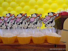 """Confiram os elementos decorativos, ou como é chamado no exterior, party favors, desta linda festa de aniversário com tema """" Ursinho Pooh """"...."""