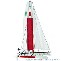 Maqueta de Catamarán Maqueta decorativa de un catamarán realizada en madera y pintada de forma artesanal.  Medidas: Alto:74.00 x Largo:44.00 x Ancho:20.00 cm.  Peso: 0.38 Kgs.
