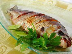 Peixe assado inteiro Peixe Assado Inteiro Recheado com Tomate e Ervas