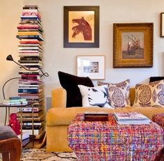 Ideia genial essa de usar os livros empilhados e com suporte metálico invisível na parede. Virou um elemento decorativo criativo.