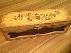 Caixa de vinho em MDF, flocado....pintura efeito madeira envelhecida...www.ideiasartesanato.com.br