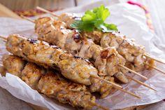 Unas ricas brochetas de pollo griegas llamadas kebabs. Están marinadas en yogurt y especias, prepáralas te van a encantar, tienen un sabor delicioso.