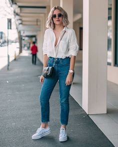 Mom-Jeans-Looks moda rgp в 2019 г. looks camisa branca, Outfit Jeans, White Shirt Outfits, White Shirt And Jeans, Basic Outfits, Outfits With Mom Jeans, Mom Jeans Outfit Summer, Button Down Shirt Outfit Casual, Skinny Jean Outfits, Checked Shirt Outfit