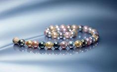 Multicolor-Perlenkette mit naturfarbenen Tahiti-, Südsee- und Süßwasserzuchtperlen von Schoeffel Perlen.