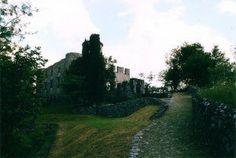 Continua il tour dell'Isola..seguendo la strada lungo le rive, si giunge prima a Sensole e poi, salendo leggermente, alla località Menzino. Qui spicca la Rocca Martinengo, edificata dagli Oldofredi nel XIV sec. come punto di controllo del lago dalla bergamasca e, successivamente, acquistata dalla facoltosa famiglia dei Martinengo, a cui deve ancora oggi il nome. Il castello si riconosce per la torre cilindrica, che svetta anche da lontano. Privato, è anch'esso visibile solo dall'esterno.