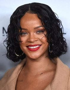 Everyone knows who Rihanna is. We agree that Rihanna is not only a talented singer, but also a trend Haircuts For Wavy Hair, Long Bob Haircuts, Short Bob Hairstyles, Celebrity Hairstyles, Trendy Hairstyles, Short Hair Cuts, Rihanna Hairstyles, Short Wavy, Long Bobs