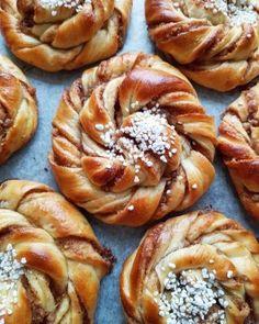 Skikkelig saftige kanelboller - krem.no Eclairs, Doughnut, Muffin, Food And Drink, Sweets, Bread, Snacks, Breakfast, Desserts