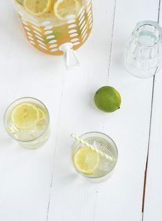 Lekker zomers, deze witte sangria met port en limoncello is het ultieme zomerdrankje.