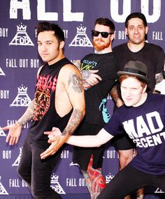 For a minute I thought patrick was touching Pete's butt lol