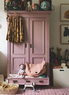 Girl's bedroom with pink wardrobe and rug Armoire Rose, Pink Cabinets, Nursery Decor, Bedroom Decor, Bedroom Storage, Girl Nursery, Nursery Ideas, Design Bedroom, Bedroom Lighting