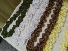 vários colares em fio de seda com miçangas e/ou canutilhos