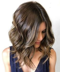 """It can not be repeated enough, bob is one of the most versatile looks ever. We wear with style the French """"bob"""", a classic that gives your appearance a little je-ne-sais-quoi. Here is """"bob"""" Despite its unpretentious… Continue Reading → Line Bob Haircut, Asymmetrical Bob Haircuts, Bob Hairstyles For Fine Hair, Layered Bob Hairstyles, Hairstyles Haircuts, Lob Haircut, Long Bob With Curls, Wavy Curls, Visage Plus Mince"""