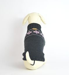Wunderschöner Hunde-Pullover. Handmade in Vienna. Exklusiv für den bodennahen Hund. In neun Größen erhältlich. #OTELLOONLINE Dog Sweaters, Sneakers, Dogs, Fashion, Dog Clothing, Projects, Breien, Nice Asses, Tennis Sneakers