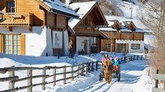 Perfekt für den Urlaub mit Hund: Das Feriendorf Holzleb'n im Salzburger Land. 40 Almen auf dem Berg und ein uriges Almdorf im Tal: Familie Fischbacher lädt e...