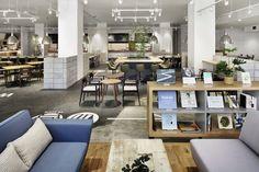 東京・府中のオフィスビル「Jタワー」の1階に位置する「PLASIA KITCHEN」は、働く方々のための「食堂」という枠を超えた飲食店です。 「コージーなラウンジ空間」をデザインコンセプトに、フード・ビジネス・ラウンジと、空間を機能ごとに分割し、それぞれの過ごし方に特徴を持たせました。フードエリアは、2.2m
