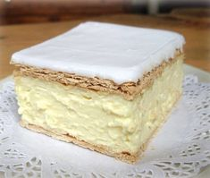I can't even been to describe how delicious this fluffy slice of heaven is! Ingredients: Puff Pastry Sheets approximately x HAPPENS TO BE MY FAVOURITE! Baking Recipes, Cookie Recipes, Dessert Recipes, Doce Light, Frozen Puff Pastry, Tray Bakes, Yummy Cakes, No Bake Cake, Sweet Recipes