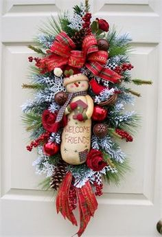 Wonderful Christmas Craft for Kids to Make Fun and Easy Christmas Crafts to Make With Kids This article is about fun and easy thing we do on Christmas holiday. Yes, wonderful Christmas craft for ki… Christmas Swags, Christmas Door, Holiday Wreaths, Christmas Holidays, Christmas Ornaments, Winter Wreaths, Burlap Christmas, Primitive Christmas, Winter Holiday