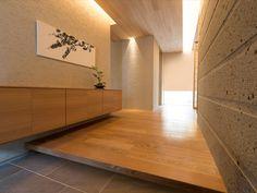 【公式:ダイワハウスの住宅商品xevoΣ -和暮らし-(ジーヴォシグマ -和暮らし-)のサイト】日本家屋ならではの多彩な工夫と、ダイワハウスの技術による大空間・大開口を融合。自然と寄り添い、人とつながり、空間を愉しめる「和のグランリビング」を手に入れました。 Japanese Modern House, Japanese Home Decor, Japanese Interior, Simple Modern Interior, Entryway Cabinet, Interior Architecture, Interior Design, Entry Way Design, House Entrance