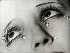 * Man Ray - Les larmes, 1932 Photo publiée dans des magazines, illustrant une publicité pour le masacara « Cosmecil » d'Arlette Bernard. Elle n'était pas signée mais était accompagnée du slogan: « Pleurez au cinéma / Pleurez au théâtre / Riez aux larmes, sans crainte pour vos beaux yeux… » Man Ray avait fait poser Lydie, une danseuse de french cancan, et lui avait ajouté sur le visage des petites perles de glycérine.
