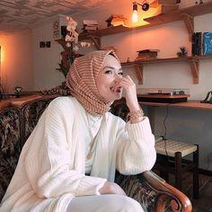 Image may contain: 1 person, sitting and indoor Modern Hijab Fashion, Hijab Fashion Inspiration, Muslim Fashion, Modest Fashion, Fashion Outfits, Stylish Hijab, Casual Hijab Outfit, Hijab Chic, Muslim Girls