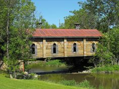Small Covered Bridge near Williamstown, Ontario South branch Raisin River Monuments, Old Bridges, Over The Bridge, Canada, Old Barns, Old Buildings, Covered Bridges, Beautiful Places, Beautiful Buildings