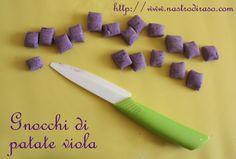 Gnocchi di patate viola con gamberi e semi di sesamo