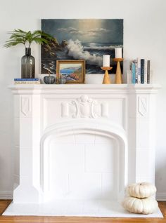We've seen the rookie mistake where people over or under decorate their fireplace mantels. We're here to help with tips to decorate your fireplace mantel. Mantle Styling, Family Room Fireplace, Christmas Fireplace, Picture Frame Decor, Decorating With Pictures, Hanging Wall Art, My Living Room, Living Spaces, Beautiful Space