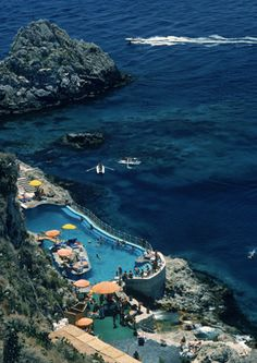 Slim Aarons - Hotel Taormina Pool, Sicily, 1975.