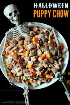 Black and White Halloween Puppy Chow // Halloween Snacks Halloween Desserts, Bolo Halloween, Postres Halloween, Halloween Puppy, Recetas Halloween, Halloween Party Appetizers, Theme Halloween, Hallowen Food, Halloween Snacks