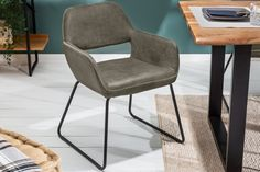 A DALLAS szék modern és formabontó. A kellemes tapintású, antik taupe mikroszálas felsőrész divatos összhangot hoz létre a matt fekete kerettel. Kényelmes kialakításának köszönhetően remek választás e