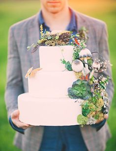 Woodsy wedding cake - this cake!! via Natural Wedding Co. from Three Nails Photography http://www.threenailsphotography.com/