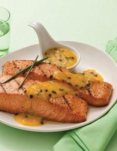 Salmão grelhado com molho de maracujá Fish Recipes, Gourmet Recipes, Snack Recipes, Healthy Recipes, Good Food, Yummy Food, Sweet And Spicy, Food Design, Carne