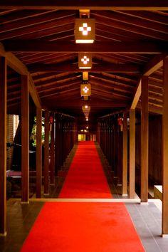 乃木神社へと続く回廊には、ピンと張り詰めた空気が漂う。