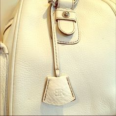 Banana Republic Cream Bag This *like new* bag is is gorgeous cream leather. The inside and outside are very clean. No stains or marks I can detect. I just wasn't using it. Hope you can add it to your spring wardrobe! Banana Republic Bags Totes