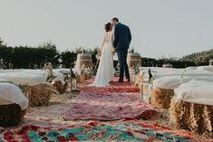 Caminos hacia el altar que resaltan al aire libre #altar #ceremonias #ceremonia #bodas #bodasalairelibre #bodasespeciales #bodasbonitas #bodasromanticas #alfombras #alfombrasbereberes #bereber Espacio: Restaurante Azurmendi - Eneko Atxa