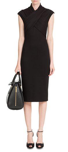 Luxuriös, raffiniert und very ladylike: Alexander McQueens schwarzes Drape-Dress passt zum Dinner genauso wie zur Partynacht! #Stylebop